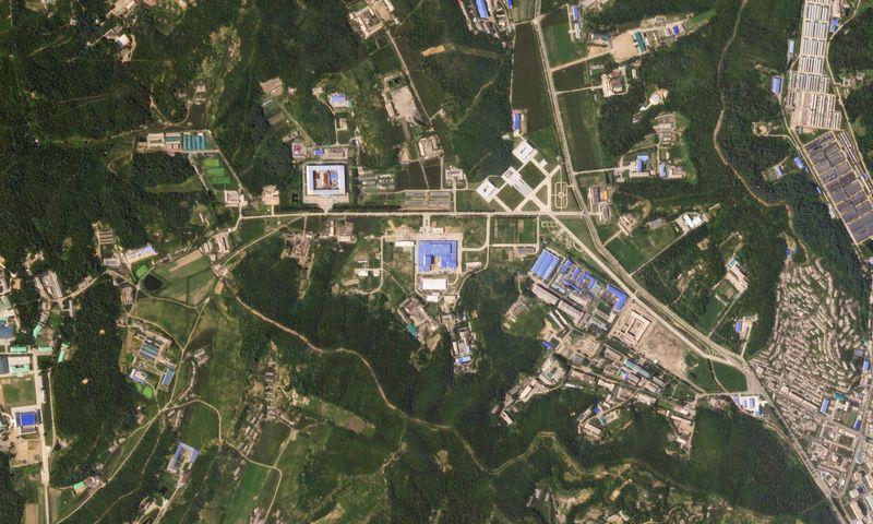 """Šiaurės Korėjos gamyklos, pagaminusios pirmą šalies tarpkontinentinę balistinę raketą, vietovės palydovinė nuotrauka. (""""Reuters"""" / """"Scanpix"""") nuotr."""