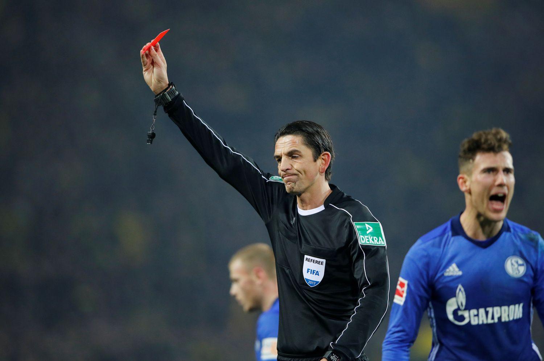 Anglijoje korteles teisėjai rodys ir futbolo komandų treneriams