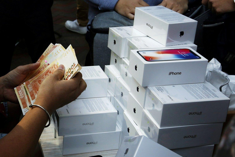 """""""Apple"""" tapo pirmąja pasaulyje akcine bendrove, kurios vertė siekia trilijoną USD"""