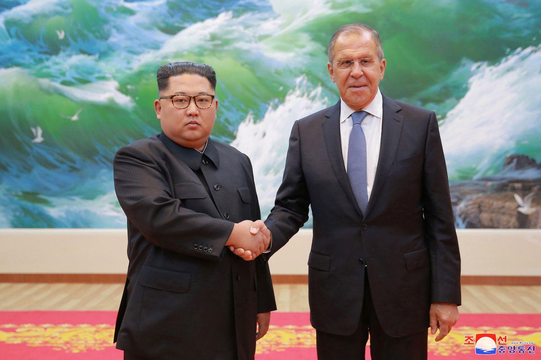 Ranka ranką plauna: Rusija įtariama nesilaikanti sankcijų Šiaurės Korėjai