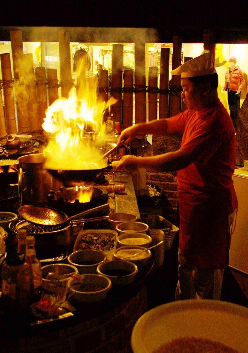 Kinų virtuvėje patiekalai paprastai gaminami ant daug kaitresnės ugnies. Violetos Bubelytės nuotr.
