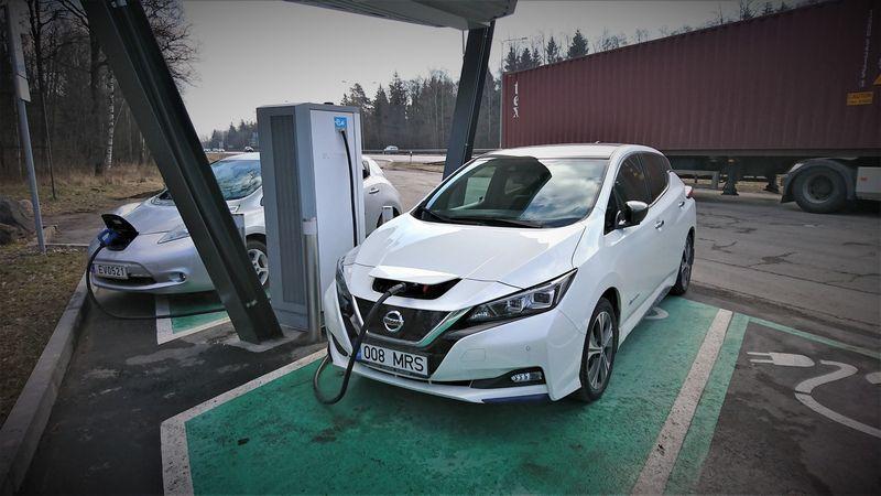 Elektromobilių stotelės bus rengiamos ne tik prie magistralių, bet ir miestuose. Lino Butkaus (VŽ) nuotr.