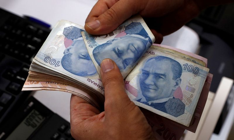 A money changer counts Turkish lira banknotes at a currency exchange office in Istanbul, Turkey August 2, 2018. Picture taken August 2, 2018. REUTERS/Murad Sezer