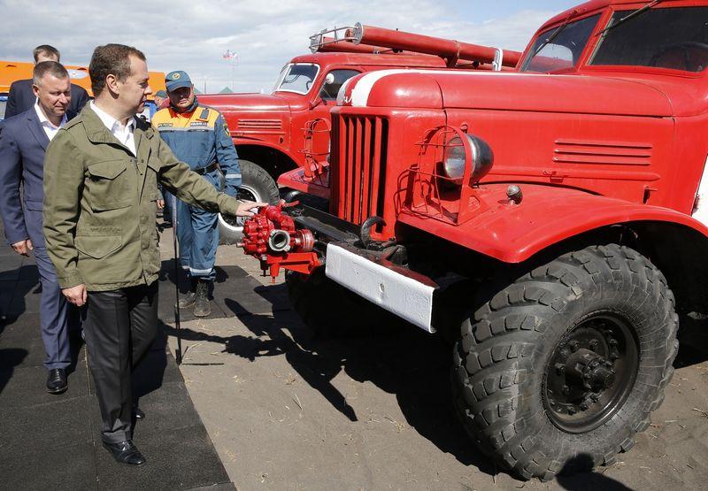 """Dmitrijus Medvedevas įspėjimą JAV pasiuntė pentkadienį viešėdamas Kamčiatkoje. Nuotraukoje apžiūrima vietos tarnybų ekstremalių situacijų gelbėjimo technika. Dmitry Astakhov (""""Sputnik"""" / """"Scanpix"""")."""