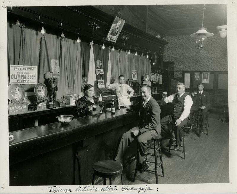 1916 m. visoje Amerikoje buvo apie 2.500 lietuviškų smuklių. Nuotraukoje - tipiška lietuvių aludė Čikagoje. LCVA nuotr.