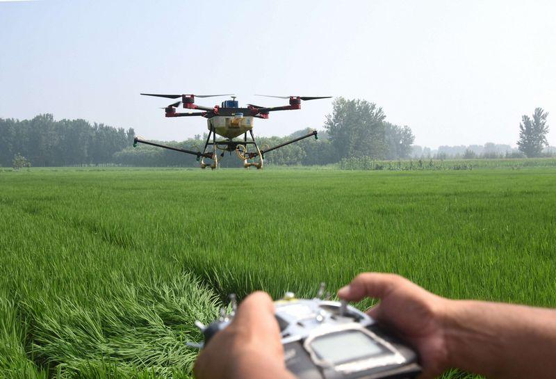 """Laukus tręšiantis dronas. (""""Chine Nouvelle"""" / """"Scanpix"""") nuotr."""