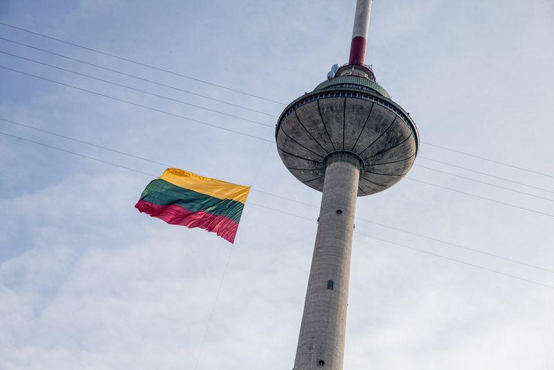 Vilniaus Televizijos bokšte iškelta Lietuvos vėliava. Juditos Grigelytės (VŽ) nuotr.