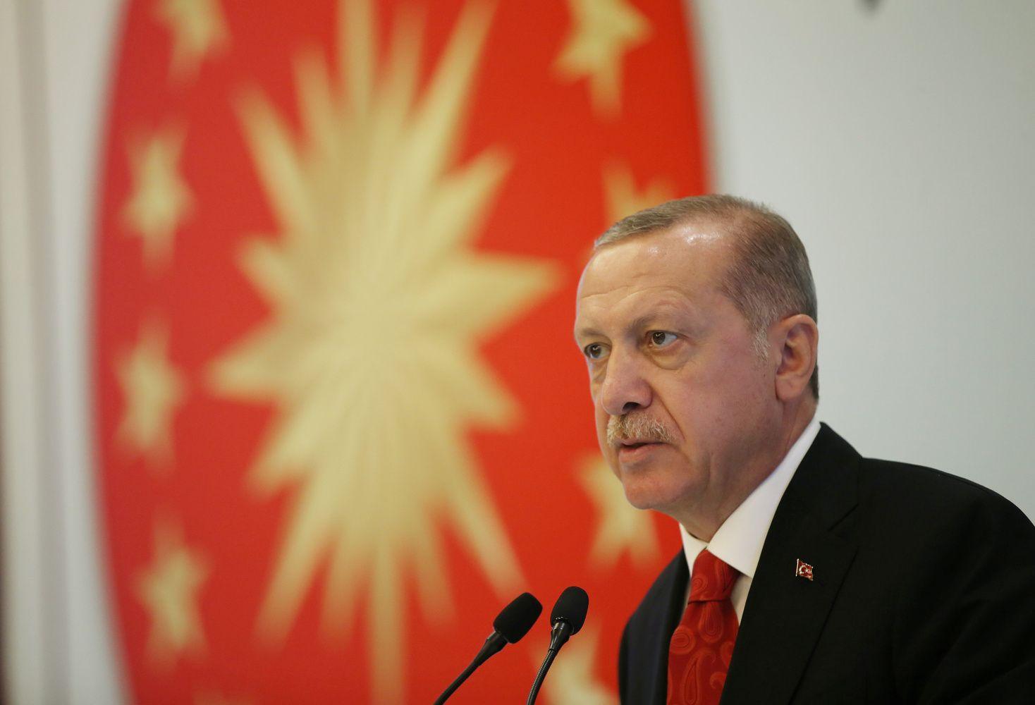 Turkija grimzta į finansinį chaosą, Erdoganas nelinkęs nusileisti