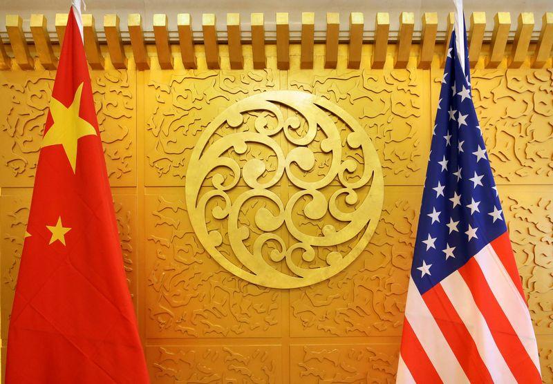 """Kinijos ir JAV vėliavos. Jasono Lee (""""Reuters"""" / """"Scanpix"""") nuotr."""