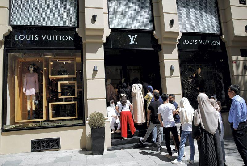 """Turistai šį pirmadienį stovi eilėje prie """"Louis Vuittton"""" parduotuvės Stambule. Murado Sezero (""""Reuters""""/""""Scanpix"""" nuotr.)"""