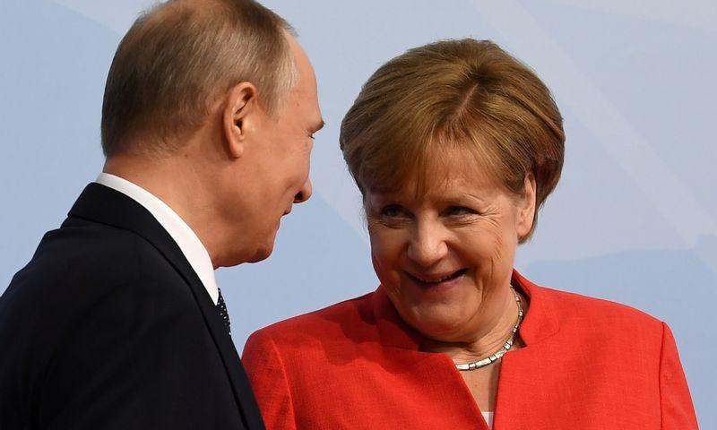 """Rusijos prezidentas Vladimiras Putinas ir Vokietijos kanclerė Angela Merkel. Bernardo Von Jutrczenkos (""""Reuters"""" / """"Scanpix"""") nuotr."""