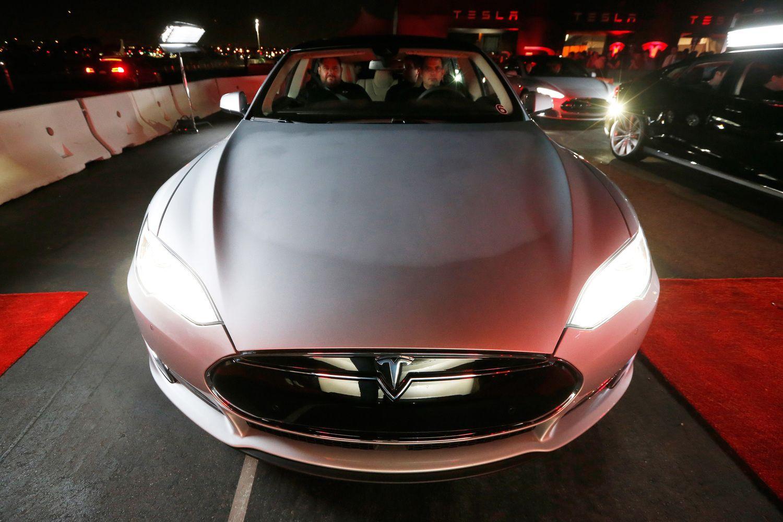 """""""Tesla"""" akcijos pinga po analitikų kritikos vadovui"""