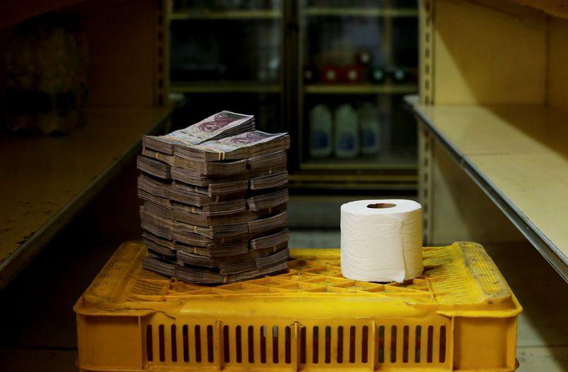 """Vienam rulonėliui tualetinio popieriaus įsigyti iki devalvacijos ir denominacijos reikėjo 2,6 mln. bolivarų (maždaug 0,40 USD). Carlos Garcia Rawlins (""""Reuters"""" / """"Scanpix"""") nuotr."""