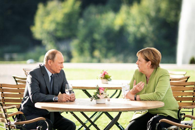 """Angela Merkel ir Vladimiras Putinas Mesebergo rūmuose Vokietijoje. Steffeno Kuglerio (""""Reuters"""" / """"Scanpix"""") nuotr."""