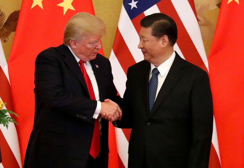 """JAV prezidentas Donaldas Trumpas ir Kinijos prezidentas Xi Jinpingas. Jonathano Ernsto (""""Reuters"""" / """"Scanpix"""") nuotr."""