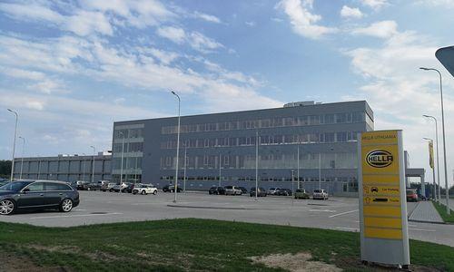 """Veiklą pradėjo """"Hella"""" gamykla: pirmoji siunta paruošta per rekordiškai trumpą laiką"""