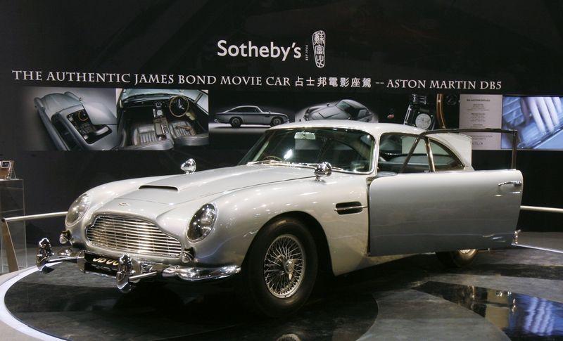 """Vienas iš dviejų originaliųjų """"Aston Martin DB5"""" automobilių, matytų filmuose """"Auksapirštis"""" ir """"Kamuolinis žaibas"""" 2010 m. aukcione Londone buvo parduotas už 2,9 mln. GBP. Bobby Yip (""""Reuters""""/""""Scanpix"""") nuotr."""