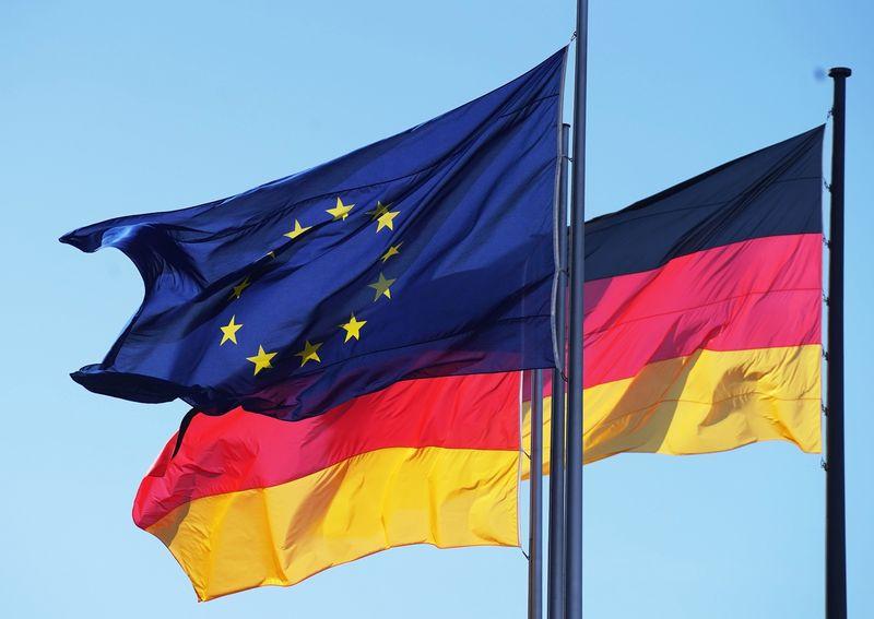 "ES ir Vokietijos vėliavos. Igorio Zarembo ( ""Sputnik"" / ""Scanpix"") nuotr."