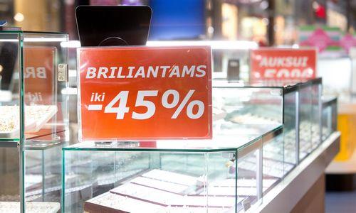 """""""De Beers"""" užsibrėžė smarkiai numušti dirbtinių brangakmenių kainą"""
