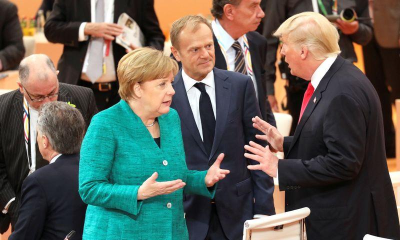 """Vokietijos kanclerė Angela Merkel,  Europos Vadovų Tarybos pirmininkas Donaldas Tuskas ir JAV prezidentas Donaldas Trumpas. Iano Langsdono (""""Reuters"""" / """"Scanpix"""") nuotr."""