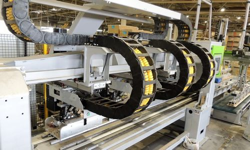 Parketo gamykloje glaistytojus pakeitė robotai: atsipirks greičiau nei per 3 metus