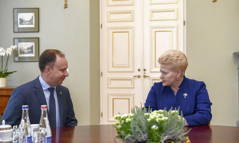 Prezidentės Dalia Grybauskaitė su sveikatos apsaugos ministru Aurelijumi Veryga aptarė gydymo įstaigų pertvarkos planus. Roberto Dačkaus (Prezidento kanceliarija) nuotr.