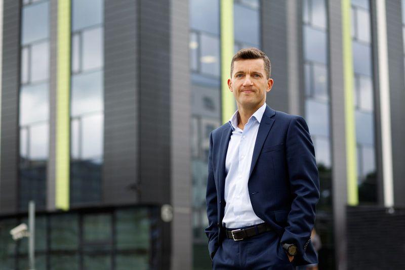 """""""Nuotolinio darbo ir bendradarbiavimo metodika, jeigu ją imtų taikyti daugiau Lietuvos įmonių, galėtų tapti vienu iš faktorių, padėsiančių atgaivinti šalies regionus"""", – mano Simonas Stūrys, Atea rinkodaros direktorius."""