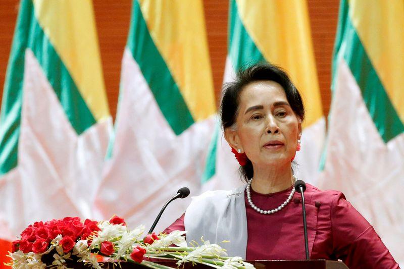 """Netyla kalbos, kad iš rohinjų persekiojimą ignoruojančios Mianmaro faktinės lyderės Aung San Suu Kyi reikėtų atimti Nobelio taikos premiją  Soe Zeya Tun (""""Reuters"""" / """"Scanpix"""") nuotr."""
