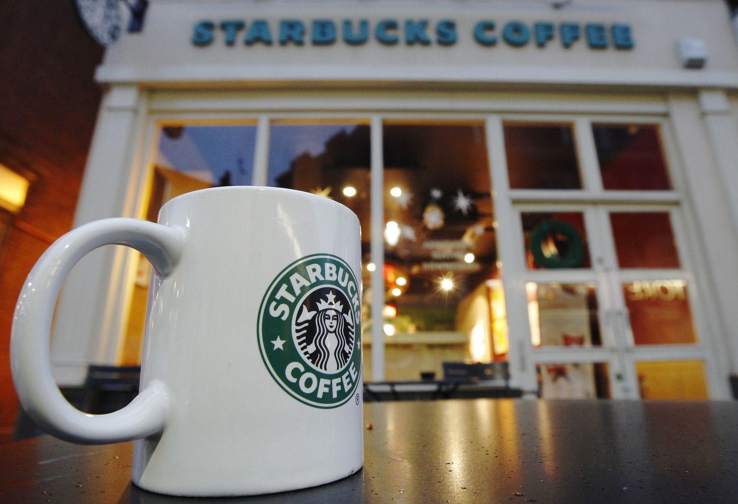 """""""Starbucks"""" keičia strategiją: nori būti """"trečiąja vieta"""""""