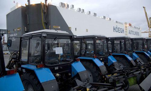"""Traktorių eksporto į JAV kaina – varžytinėse """"Grąžtų"""" gamykla ir """"Belarus"""" prekės ženklas"""