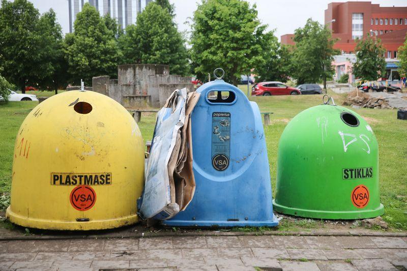 Antrinių atliekų rūšiavimo konteineriai Vilniuje. Vladimiro Ivanovo (VŽ) nuotr.
