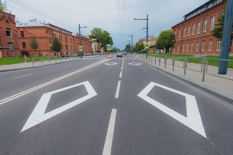 Kauno gatvėse pradėta rombo formos įspėjamaisiais ženklais ant asfalto ženklinti artėjančias pėsčiųjų perėjas. Kauno m. savivaldybės nuotr.