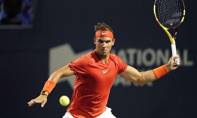 """""""Didžiojo kirčio"""" turnyruose tarp atakų žaidėjams skiriama ne daugiau kaip 20 sekundžių, tačiau pirmoji pasaulio raketė Rafaelis Nadalis paduoti kamuoliuką ruošiasi kur kas ilgiau. Johno E. Sokolowskio (""""USA Today"""" / """"Scanpix"""") nuotr."""