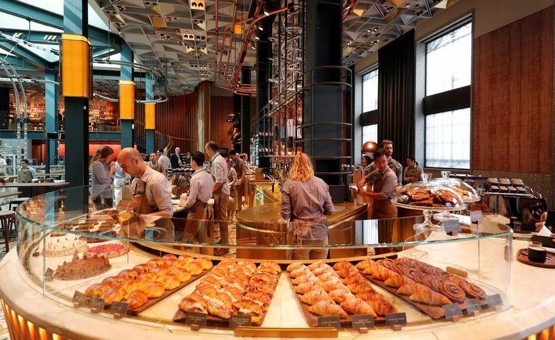 """""""Starbucks"""" kavinės atidarymas Milane. (""""Reuters"""" / """"Scanpix"""") nuotr."""