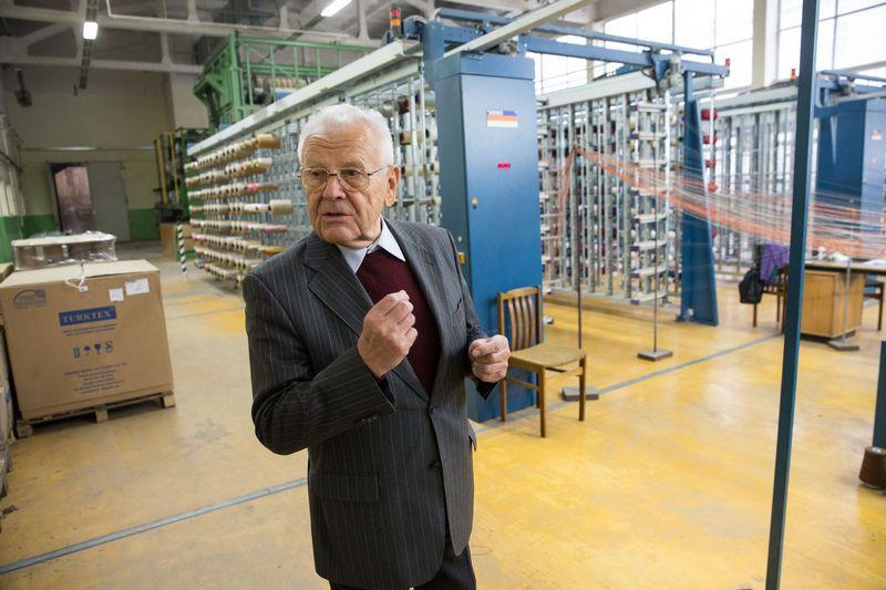 """Jonas Karčiauskas, tekstilės UAB """"Audėjas"""" vadovavo 45 metus. Šiemet jam sukako 80 metų.  Vladimiro Ivanovo (VŽ) nuotr."""