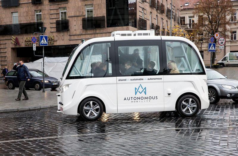 Rokas Masiulis ir Virginijus Sinkevičius autonomines transporto priemones išbandė pernai gruodį Vilniuje. Juditos Grigelytės (VŽ) nuotr.