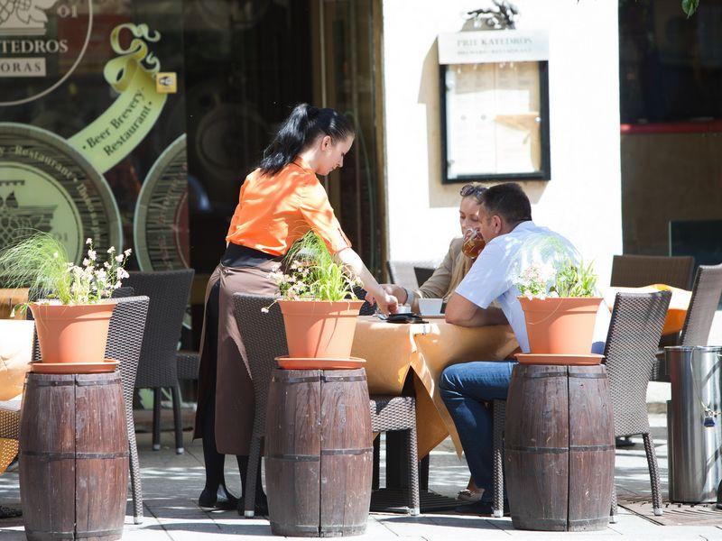 Kavinių, restoranų ir viešbučių versle darbo sąnaudos auga bene sparčiausiai. Juditos Grigelytės (VŽ) nuotr.