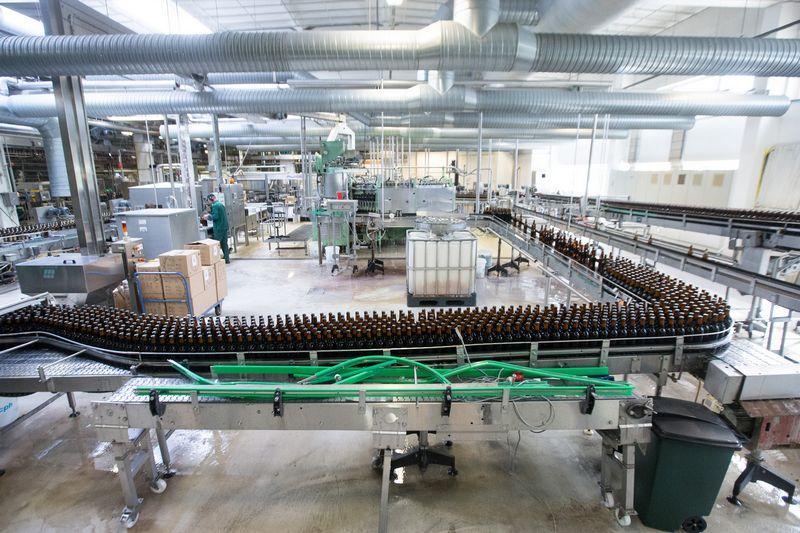 Vis daugiau Lietuvos alaus daryklose išverdamo alaus keliauja ne į Lietuvos prekybos taškus. Juditos Grigelytės (VŽ) nuotr.