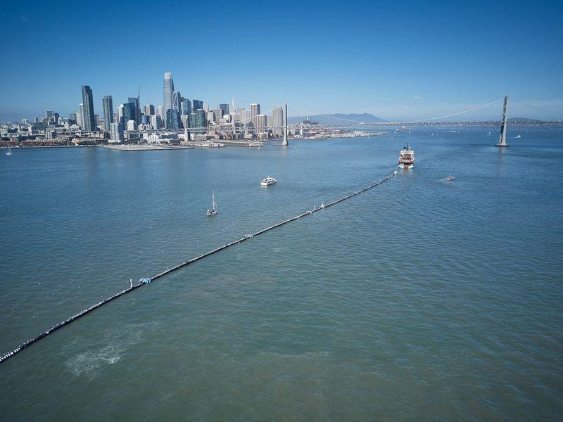 """""""System 001"""" sudaro 600 m ilgio kietasienis didelio tankio polietileno vamzdis ir kūgio formos 3 m po vandeniu panieręs """"sijonas"""". """"The Ocean Cleanup"""" nuotr."""
