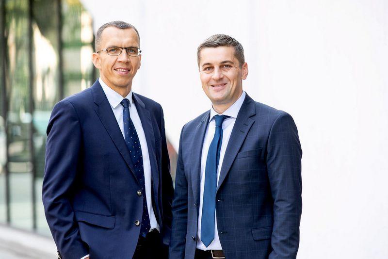 """""""JurisConsultus"""" partneriai Ramūnas Širvys (kairėje) ir Gilbertas Kinderevičius. Advokatų kontoros nuotr."""