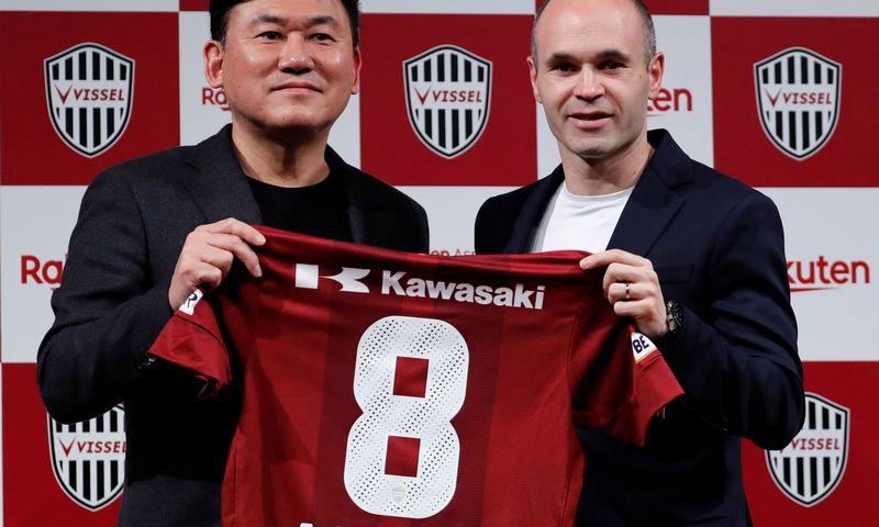 "Andresas Iniesta ir ""Vissel Kobe"" klubo vadovas Hiroshi Mikitani. ""Reuters"" / ""Scanpix"" nuotr."
