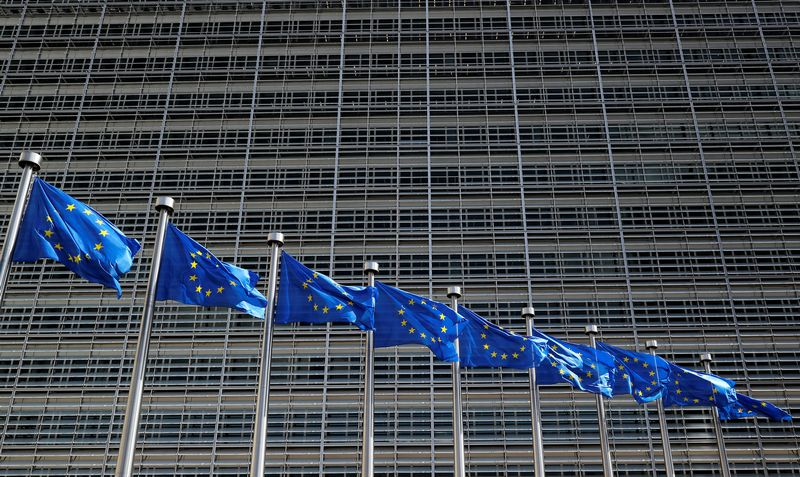 """ES vėliavos. Yveso Hermano (""""Reuters"""" / """"Scanpix"""") nuotr."""