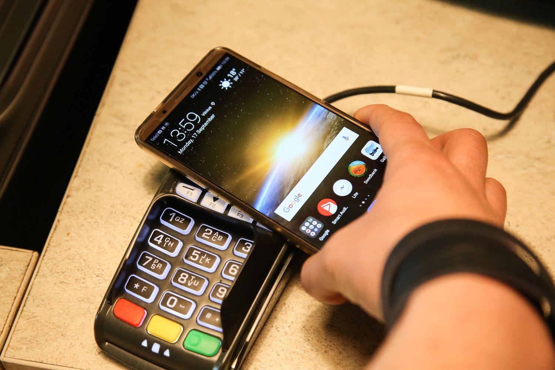 """""""Swedbank"""" paleido bekontakčius mokėjimus telefonu"""