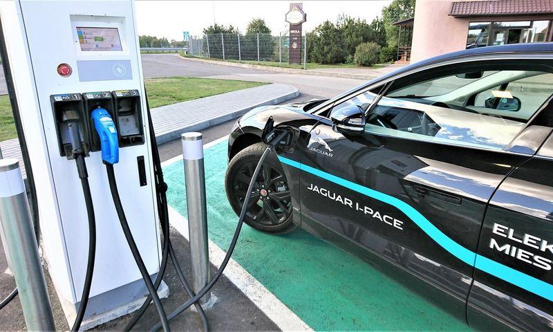 Lietuvoje numatoma intensyvi elektromobilių įkrovimo stotelių plėtra. Lino Butkaus (VŽ) nuotr.