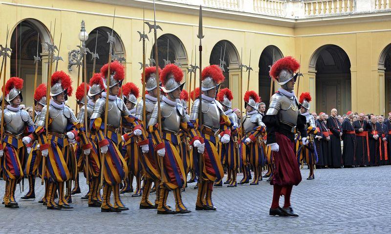 """Šveicarų gvardiečiai Vatikane. Maxo Rossi (""""Reuters""""/""""Scanpix"""") nuotr."""