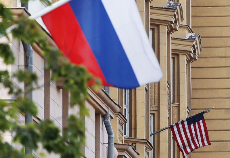 """JAV ir Rusijos vėliavos.  Maksimo Blinovo (""""Sputnik"""" / """"Scanpix"""")  nuotr."""