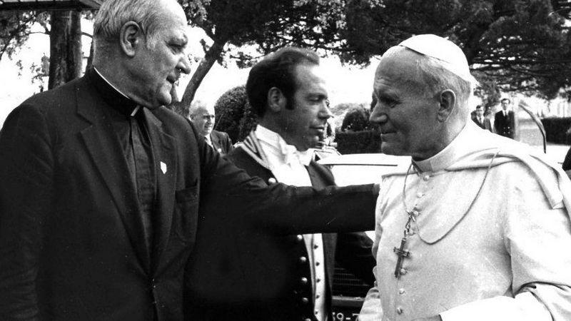 Paulius Kazimieras Marcinkus (kairėje) ir popiežius Jonas Paulius II. wikipedia.org nuotr.