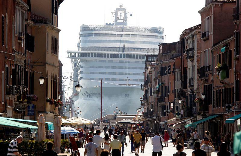 """Venecija aktyviai kovoja su miestą šiukšlinančių nepagarbių ir nevaldomų turistų miniomis. Stefano Rellandini (""""Reuters"""" / """"Scanpix"""") nuotr."""