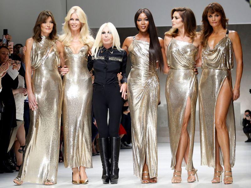 """""""Bloomberg"""" teigimu, dabartinė """"Versace"""" kūrybos vadovė Donatella Versace (trečia iš kairės) ir toliau ketina dalyvauti mados namų veikloje.  Alessandro Garofalo (""""Reuters"""" / """"Scanpix"""") nuotr."""
