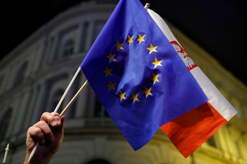 "ES ir Lenkijos vėliavos. Kacpero Pempelo (""Reuters"" / ""Scanpix"") nuotr."